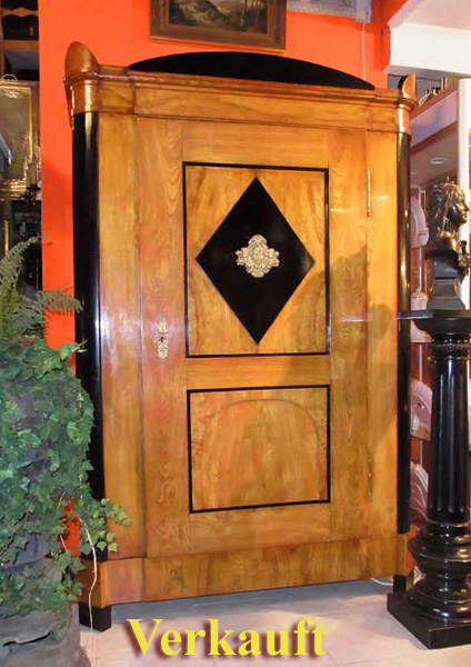 antiquit ten am schwanenwall eint riger biedermeier kleiderschrank esche massiv schellackpolitur. Black Bedroom Furniture Sets. Home Design Ideas